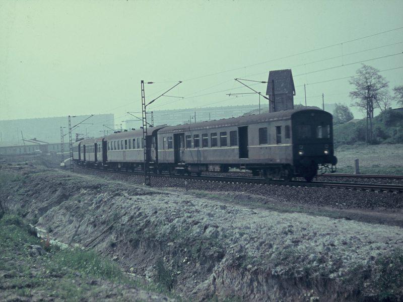 Zug nach Buna von Nietleben kurz vor dem Tunnel - 1971